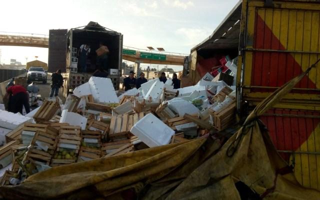 Vuelca camión con 7 toneladas de fruta en la México-Puebla - Volcadura de camión de fruta. Foto de @grawperez