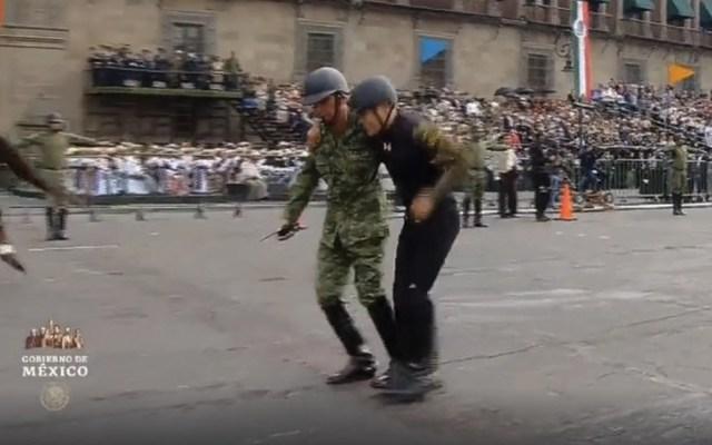 #Video Jinete sufre caída frente a Palacio Nacional durante desfile - Captura de pantalla