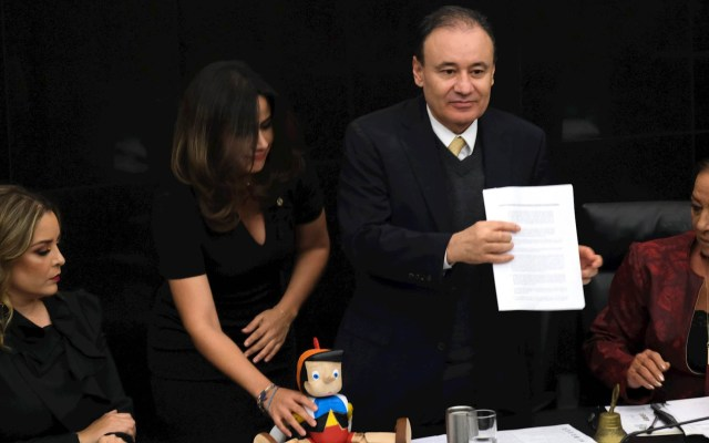 Senadores regalan muñeco de Pinocho a Durazo por operativo en Culiacán - Alfonso Durazo Senado muñeco
