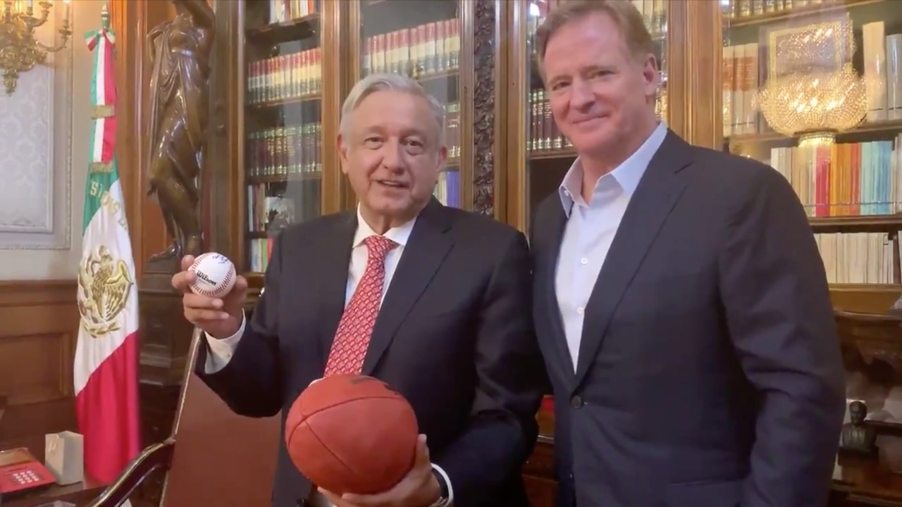 Recibe AMLO al comisionado de la NFL en el Palacio Nacional