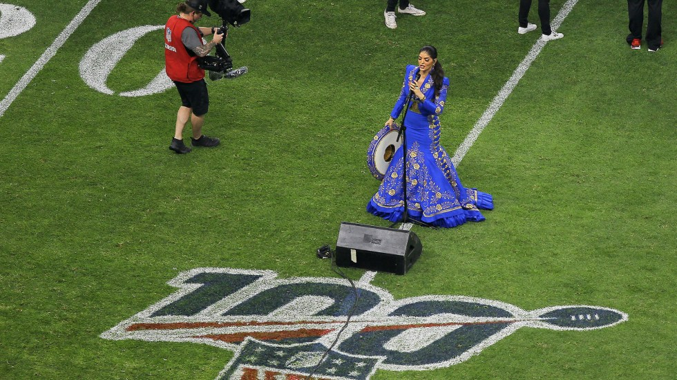 #Video Ana Bárbara se equivoca al cantar el Himno Nacional - Ana Bárbara cantando el Himno Nacional en el Estadio Azteca, en el regreso de la NFL en México con el duelo Chargers vs. Chiefs. Foto de Notimex-Isaías Hernández..