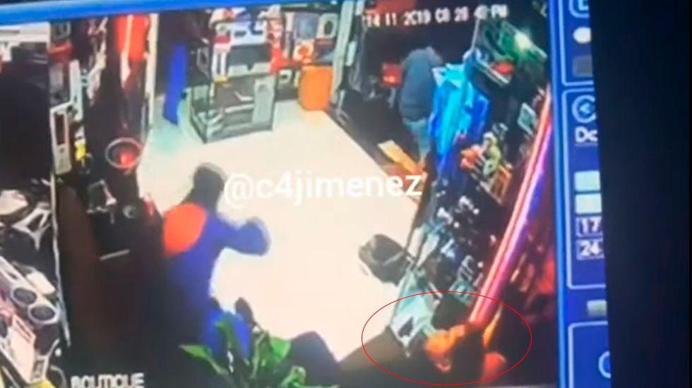 #Video Asesinan a tiros a joven en auto boutique de Iztapalapa - Asesinan a hombre dentro de auto-boutique en Iztapalapa. Captura de pantalla / @c4jimenez