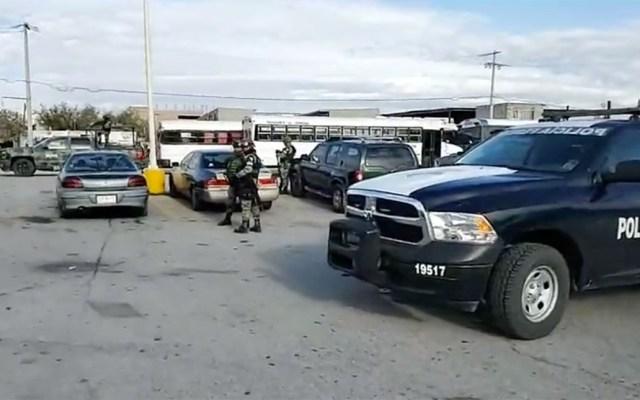 Implementan operativo en Cereso 3 de Ciudad Juárez - Autoridades afuera del Cereso 3 de Ciudad Juárez. Captura de pantalla / @eldiariodejuarez