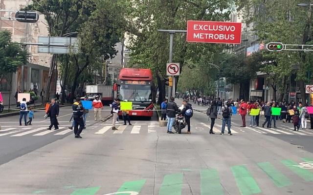 Padres de niños con cáncer bloquean Avenida Insurgentes - Bloqueo de padres de niños con cáncer en Av Insurgentes Norte. Foto de @GaboOrtega73