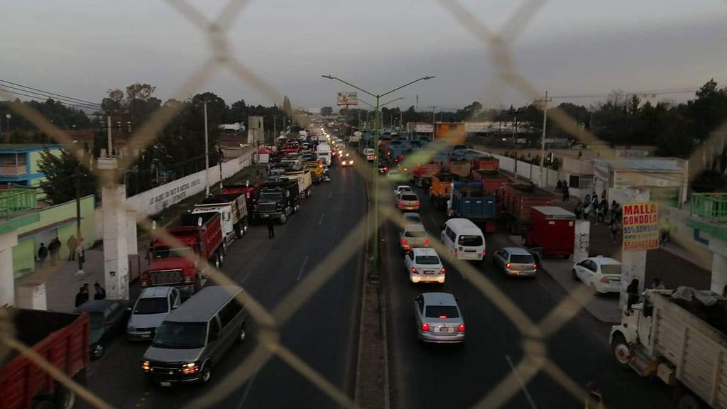 Sindicalizados mantienen bloqueo en la México-Pachuca; exigen trabajo en Santa Lucía - Bloqueo de transportistas sobre la carretera México-Pachuca. Foto de Isai Avelar