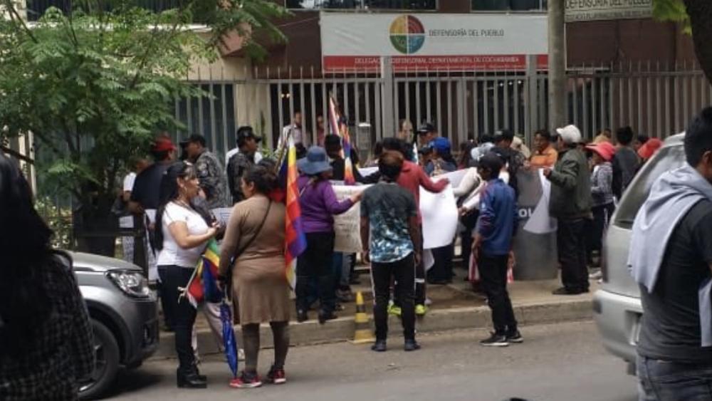 Tensión entre detractores y afines a Evo Morales durante visita de la CIDH - Foto de @MonicaBriancon