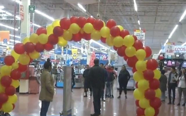 Clientes se niegan a abandonar tienda hasta validar oferta en pantallas - Clientes en supermercado en espera de validar una promoción en pantallas. Captura de pantalla / Noticieros Televisa