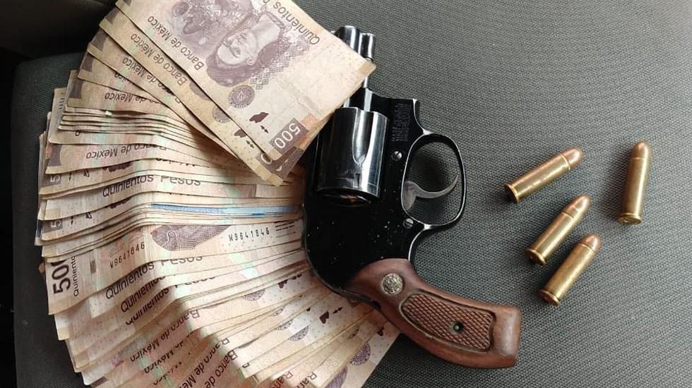 Detienen en Neza a presunto extorsionador - Dinero y arma decomisadas a presunto extorsionador en Nezahualcóyotl. Foto de @SS_Edomex