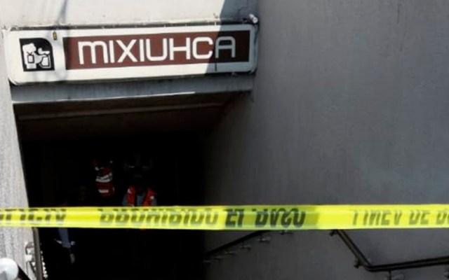 Hombre muere en escaleras del Metro Mixiuhca - Escaleras de acceso al Metro Mixiuhca acordonadas por muerte de hombre. Foto de @MeganoticiasTVC
