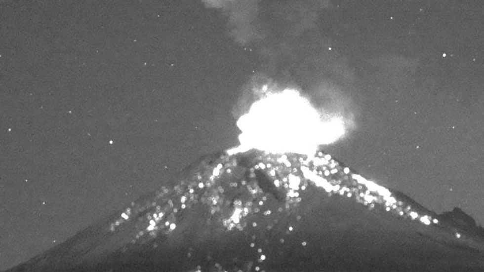 #Video Volcán Popocatépetl lanza ceniza en explosión - Explosión del volcán Popocatépetl 6 nov 19. Foto de @CNPC_MX