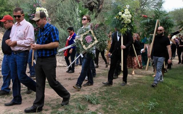 Preparan sepelio de cinco miembros de familia LeBarón en Chihuahua - Familiares y amigos de víctimas LeBarón arriban a exequias. Foto de Notimex