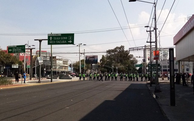 Comerciantes retiran bloqueo de la Glorieta de Camarones - Glorieta de Camarones con manifestantes de Azcapotzalco. Foto de @licCarpilago
