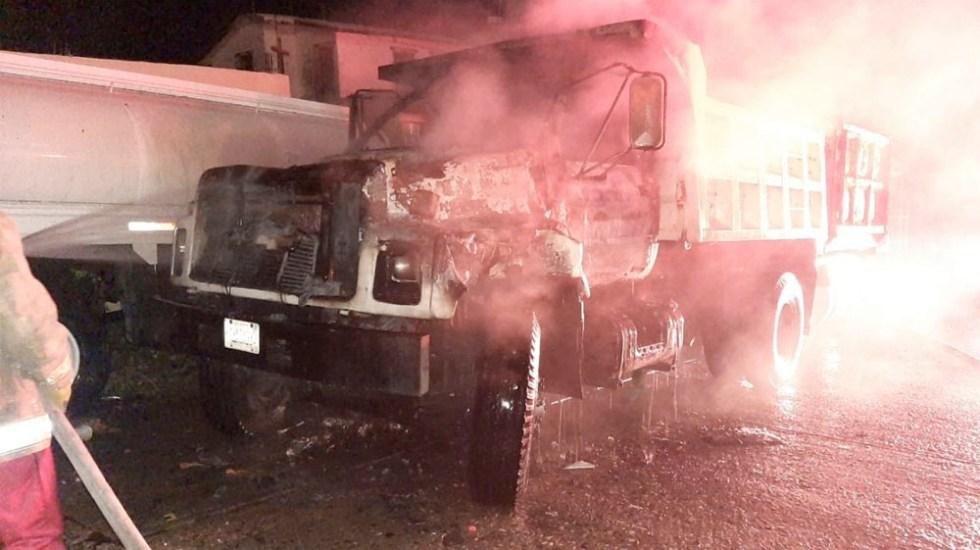 Hombres armados incendian una pipa y dos camiones en Acapulco - Grupo armado incendia dos camiones y una pipa en Acapulco