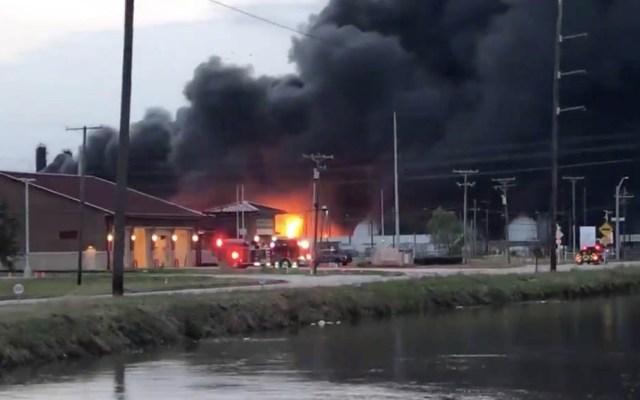 Suman tres lesionados por explosión en planta de químicos en Texas - Incendio planta química Texas