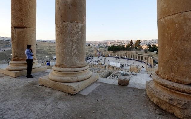 Sujeto que apuñaló a mexicanos en Jordania se declara 'no culpable' - Un policía vigila la antigua ciudad de Jerash, Jordania. Foto de EFE/YAHYA ARHAB/Archivo.
