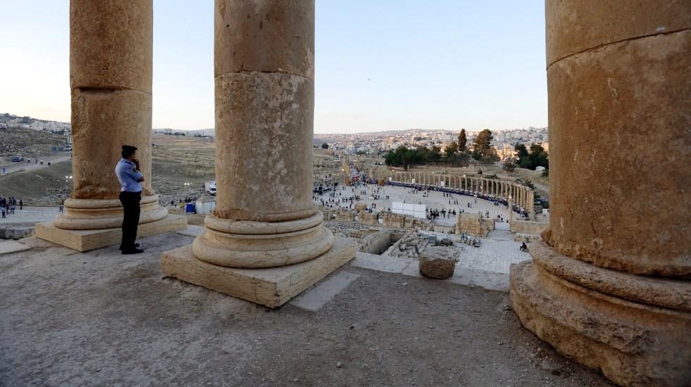 Apuñalan a tres turistas mexicanos en zona arqueológica de Jordania - Un policía vigila la antigua ciudad de Jerash, Jordania. Foto de EFE/YAHYA ARHAB/Archivo.