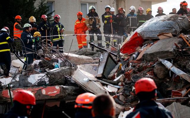 Sube a 40 cifra de víctimas mortales por sismo en Albania - Labores de servicios de emergencia por sismo en Albania. Foto de EFE