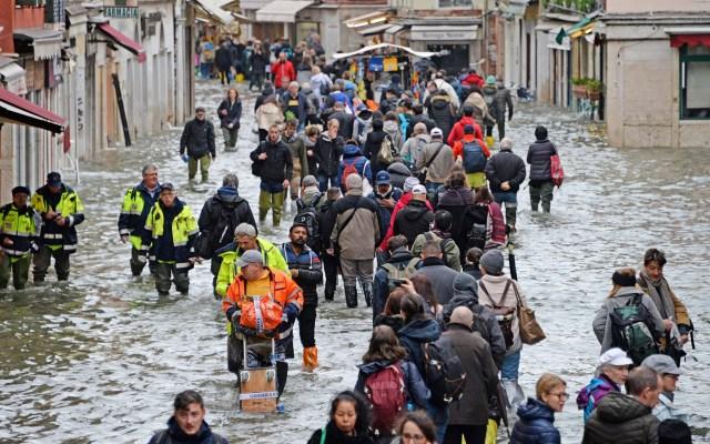 Venecia se prepara para nueva inundación y pide ayuda a Europa - Las calles de Venecia lucen entre agua de una marea alta. Foto de EFE