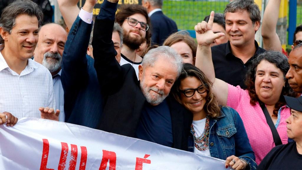 """""""Han intentado criminalizar a la izquierda"""": Lula da Silva al salir de la cárcel de Curitiba - Foto de Katna Baran / Folha."""