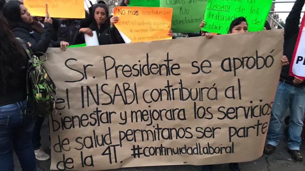 Trabajadores del Seguro Popular se manifiestan en Palacio Nacional - Manifestación de trabajadores del Seguro Popular en el Zócalo. Foto de @Siete24mx