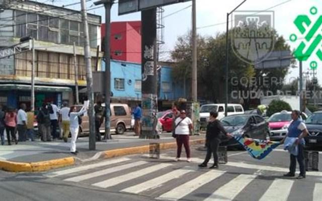 Comerciantes bloquean Glorieta de Camarones por obras inconclusas - Manifestantes en Glorieta de Camarones