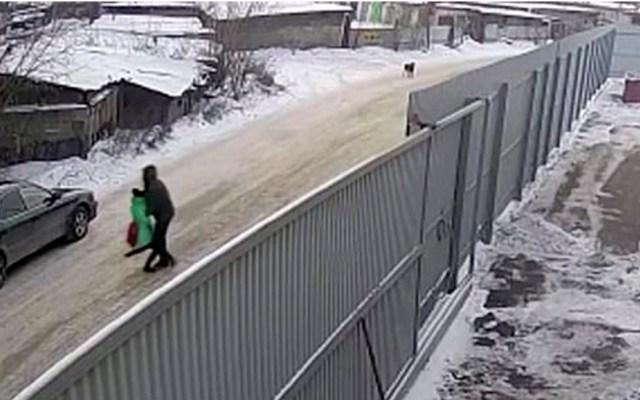 #Video Joven salva a niña de nueve años de pedófilo en Rusia - Momento en que niña es secuestrada por pedófilo. Captura de pantalla