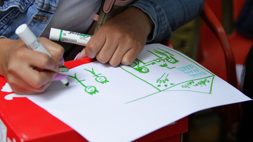 Grupos criminales atacan a niños para generar miedo, asegura Redim - Niña dibujando. Foto de Notimex