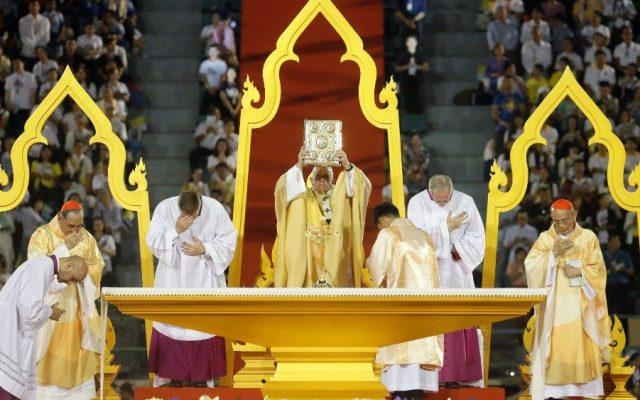 Papa denuncia en Bangkok el flagelo de la prostitución de niños y mujeres - Papa Francisco en misa en Bangkok. Foto de Vatican News