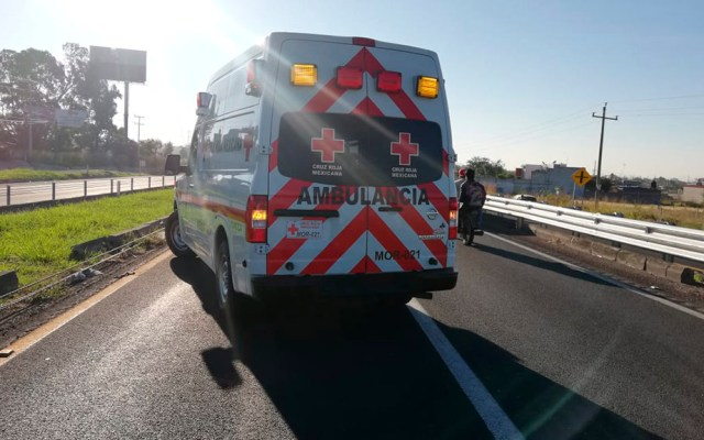 Hombre muere atropellado en la autopista La Pera-Cuautla - Paramédicos de la Cruz Roja en atención de atropello de hombre sobre La Pera-Cuautla. Foto de @ElSoldeCuautla