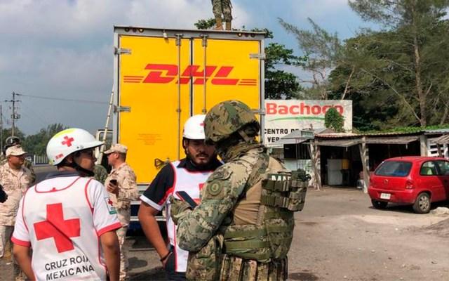Rescatan en Veracruz a 80 migrantes que viajaban en camión - Personal de la PF y GN en rescate de 80 migrantes en Veracruz. Foto de Milenio