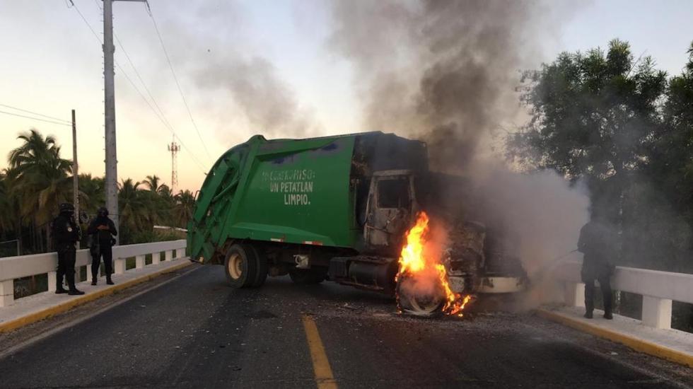 Sujetos armados incendian camiones y bloquean carretera en Petatlán, Guerrero - Foto Especial.