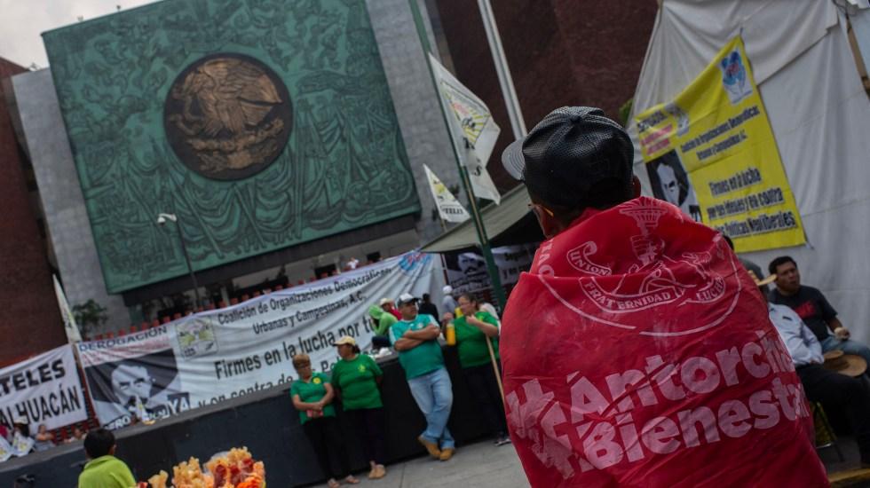 Campesinos y alcaldes negocian más recursos con diputados - Plantón de campesinos afuera de la Cámara de Diputados. Foto de Notimex