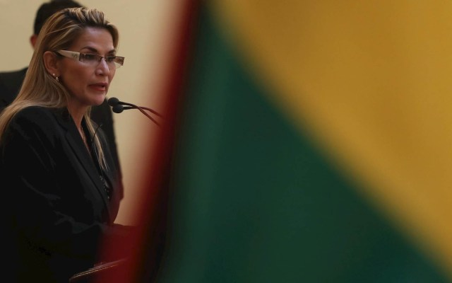 Presidenta interina de Bolivia promete eliminar la reelección - Presidenta de Bolivia Jeanine Añez