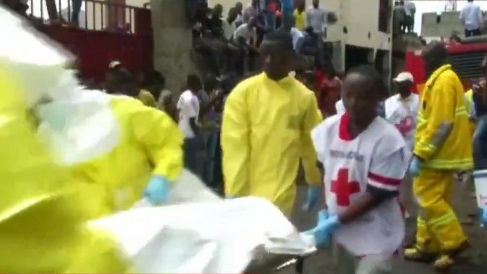 Accidente aéreo en República del Congo deja al menos 26 muertos - Rescate de cadáveres tras accidente aéreo en República Democrática del Congo. Foto de A News