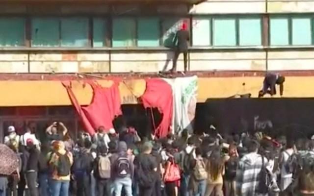 Encapuchados vandalizan Rectoría y queman bandera de México - rectoría CU