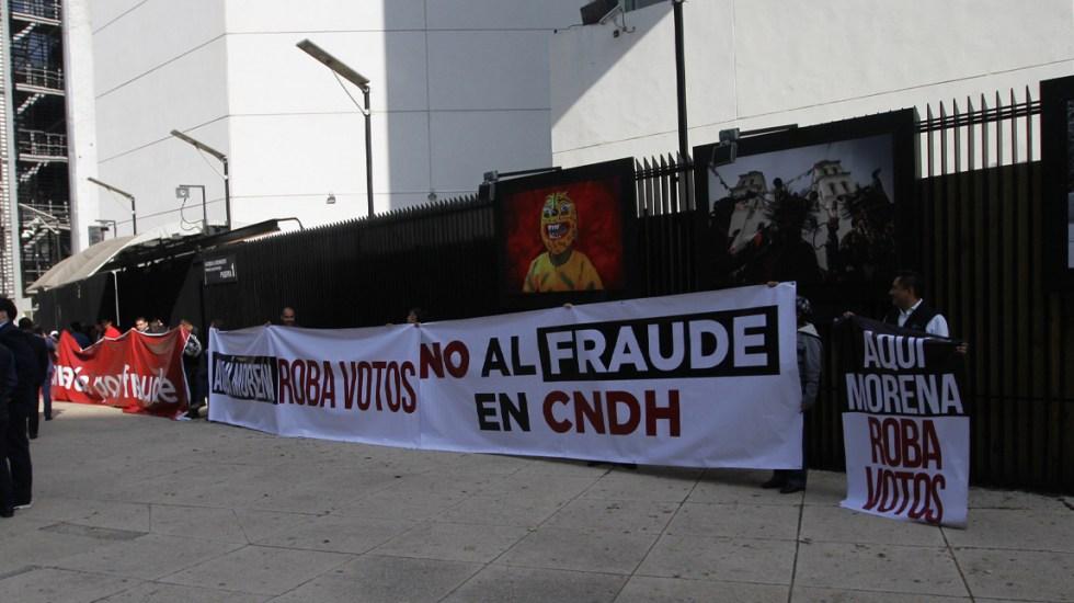 Panistas se manifiestan afuera del Senado contra toma de protesta de Piedra Ibarra - Bloqueo de panistas afuera del Senado. Foto de Notimex