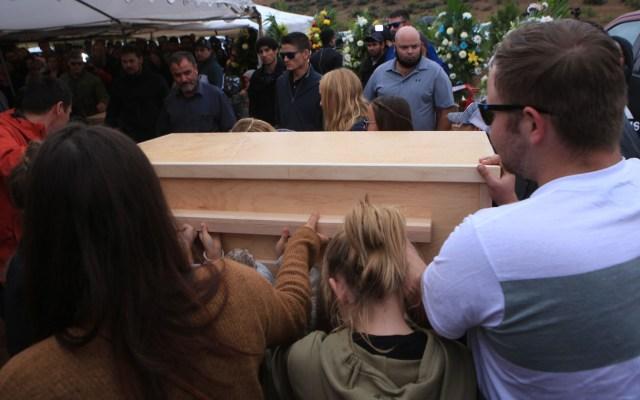 México 'invita' al FBI para que acompañe investigación del caso LeBarón - Sepelio de víctima de la familia LeBarón. Foto de EFE