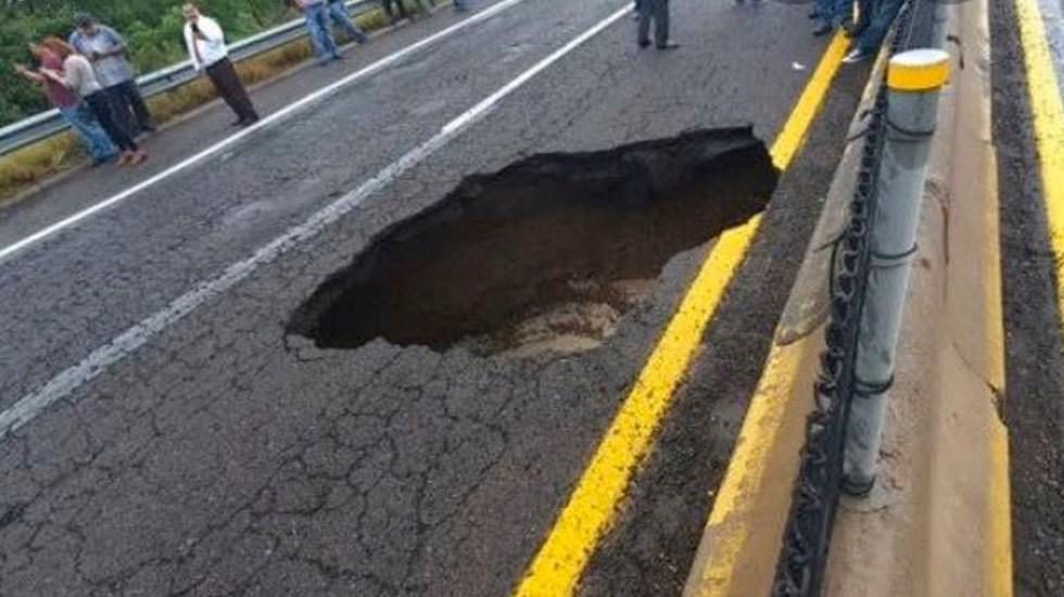 Despliegan brigadas sanitarias en Sinaloa tras lluvias - Socavón en la autopista Culiacán-Mazatlán por las lluvias. Foto Especial