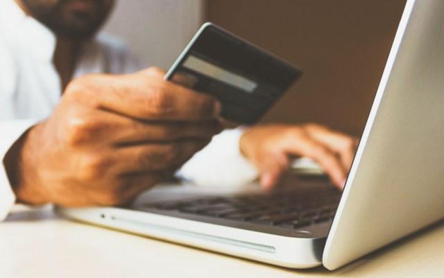 Google lanza iniciativa para apoyar a pymes ante crisis por COVID-19 - Persona realiza compras por internet. Foto de rupixen.com / Unsplash