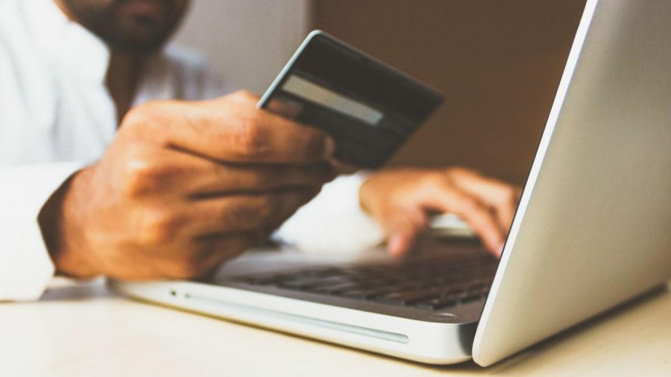 Bancos registran disminución de un 1.6 millones tarjetas de crédito en primeros nueve meses de 2020 - Persona realiza compras por internet. Foto de rupixen.com / Unsplash