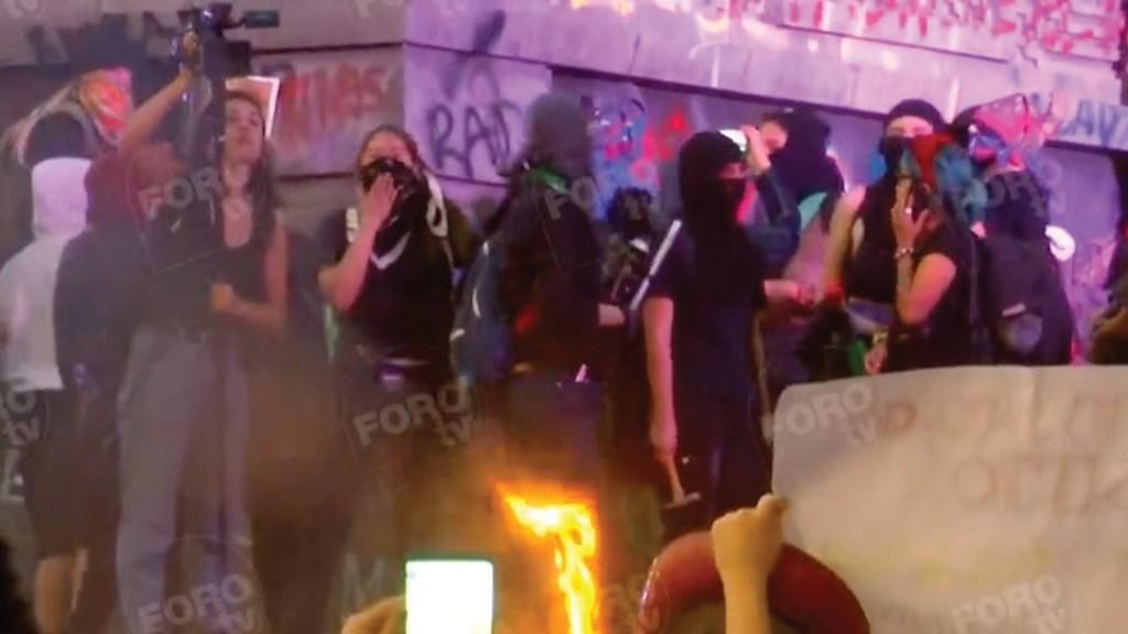 #Video Feministas vandalizan monumentos a Cuauhtémoc y a Colón - Captura de pantalla