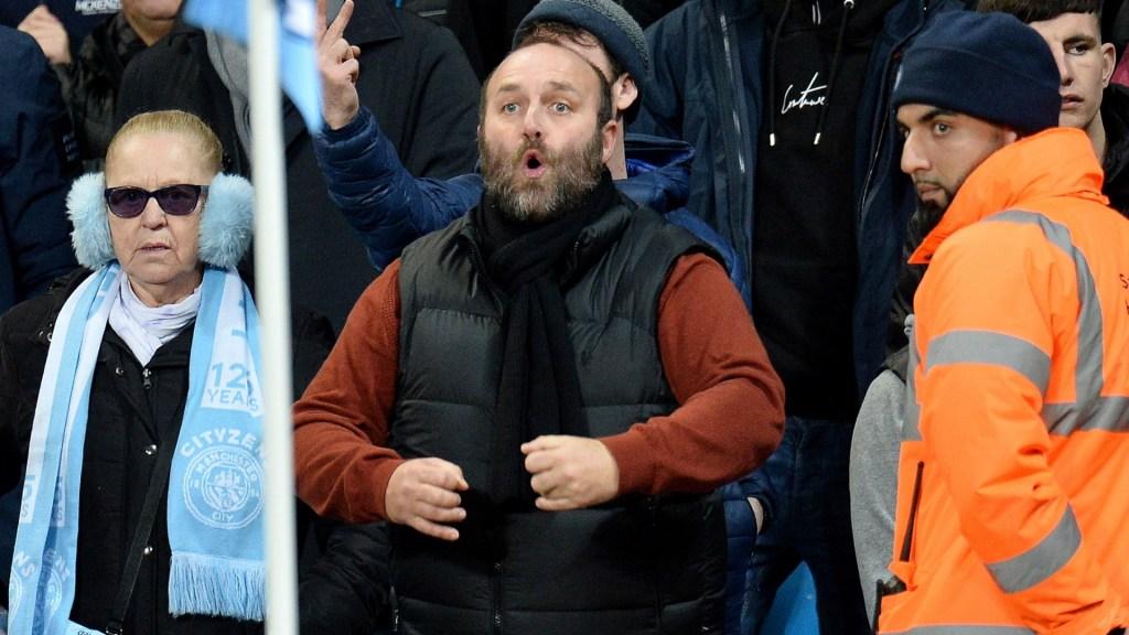 Detienen a aficionado por hacer gestos racistas durante partido en Manchester - Aficionado Manchester gestos racistas