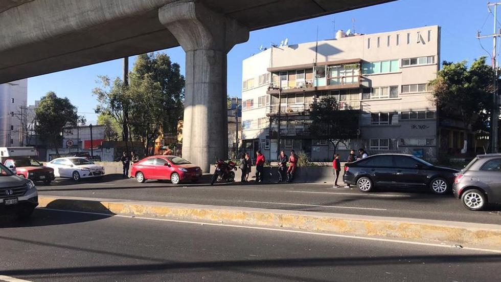 Choque múltiple en Anillo Periférico involucra seis autos - Automovilistas involucrados en choque múltiple sobre Anillo Periférico esperando a sus seguros. Foto de Milenio