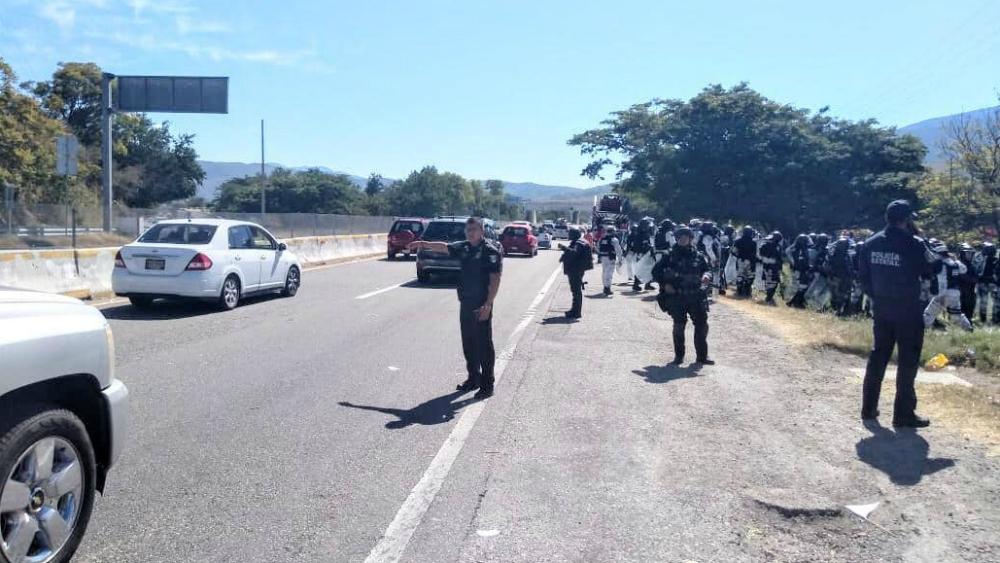 Repliegan a manifestantes que bloqueaban la Autopista del Sol - Foto de Vocero Roberto Álvarez Heredia