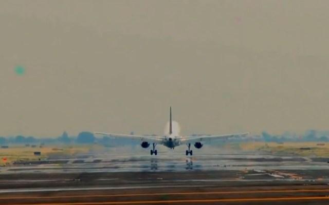 AICM espera instrucciones ante brote de nuevo coronavirus - Avión en pista del AICM. Captura de pantalla / @AICM_mx