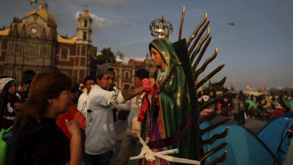 Pide AMLO que se eviten reuniones masivas en celebración a la Virgen de Guadalupe - La Basílica de Guadalupe y sus millones de feligreses en el atrio. Foto de EFE/ Sáshenka Gutiérrez.