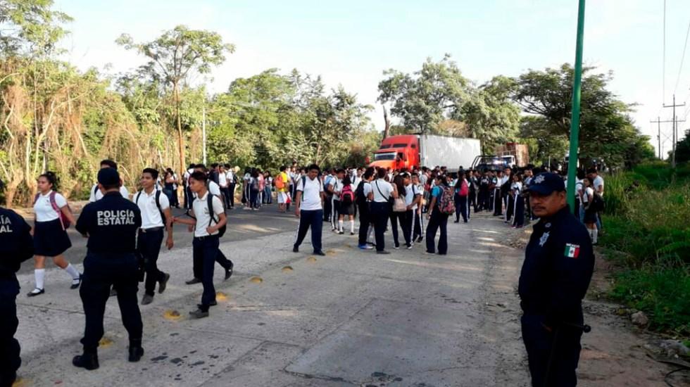 Toma de carretera por falta de pago de becas en Tabasco deja dos heridos - Bloqueo de la carretera Villahermosa-Teapa. Foto de @DiarioPresente