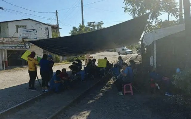 Integrantes de la CNTE bloquean, nuevamente, vías del tren - Foto de @PrimeraPlanaN