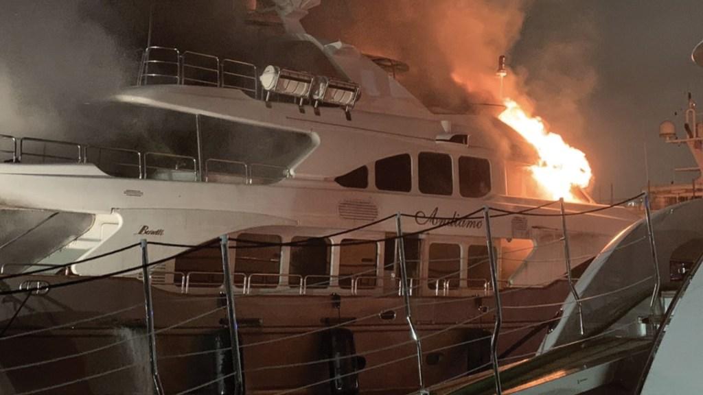 #Video Incendio consume yate de Marc Anthony - Foto de Miami Fire Department
