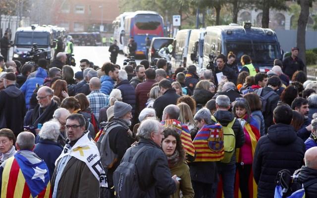 Fuerte dispositivo de seguridad por protestas en estadio durante clásico español - Independentistas convocados por el Tsunami Democràtic esperan la salida de los autobuses del Real Madrid y Barcelona del hotel de concentración antes del partido aplazado de LaLiga que disputan este miércoles en el Camp Nou